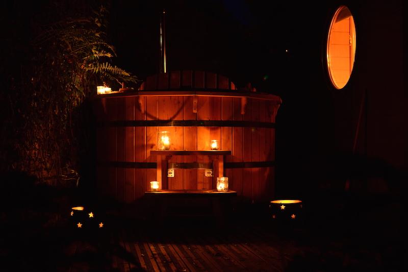 Bain-nordique-la-nuit-avec-bougies-de-la-maison-omignon